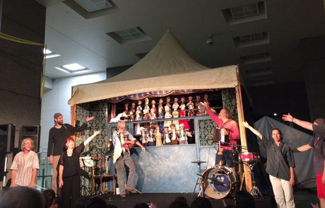 チェコ人形劇団員と舞台